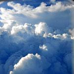 Nach dem Start haben wir Riesenwolken bis auf 10 000 m Höhe.
