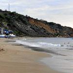 Der Strand von Salango. Blick auf das Kap mit der Hosteria oben.