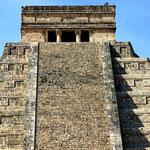 Der tempel ob en auf der Pyramide.