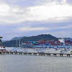 Blick über das Ende des Panamakanals (Eintritt in den Pazifik).