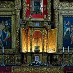 Ein Altar im Inneren der Kirche.