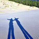 Zwei Wanderer in den Origons Dunes.