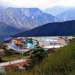 Ein Spaßbad auf der Passhöhe, Teil des (touristischen) Nationalparks Chicamocha. Trotz des Feiertags und voller Straßen sind es nicht so viele, die das Wasser bei ca. 18°C genießen.
