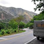 Wir fahren durch das Tal des Rio Chicamocha. Unten ist alles grün, die Berge sind dagegen total kahl. Ich denke, dass das das Resultat früherer Holzfällerarbeiten ist.
