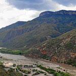 Wir winden uns langsam den Berghang hoch, unten der Rio Chicamocha.