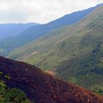 Kahle Steilhänge im Gebirge. Bei dem vielen und heftigem Regen wird das die Karstlandschaft der Zukunft.
