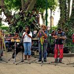 Eine Band spielt auf dem zentralen Platz Andenmusik.
