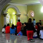 In eine Nebenkapelle wird gebetet. Die Kolumbianer sind wirklich gläubig.