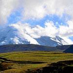 Und das ist der Chimborazo. Wir sehen nur bei der Anreise, in den beiden Tagen danach versinkt er in den Wolken und im Nebel.