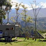 Und hier stehen wir auf der Hacienda la Serrano in der ersten Reihe. Der Ausblick über das Tal ist unglaublich.