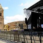 Bühne und Kathedrale am Marktplatz von Tunja.