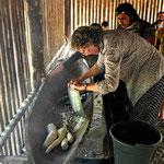 Selber arbeiten ist angesagt, Marion mahlt eine Yuccawurzel durch ein traditionelles Sieb.