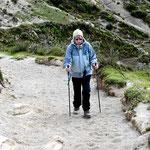Wanderung um den See. Wir sind auf 4000 m Höhe und der Wind bläst, deshalb müssen wir uns einpacken.