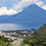 Rückblick auf Panajachel und den Vulkan San Pedro.