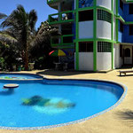 Das Haupthaus mit Swimmingpool.