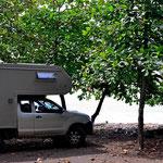 Unser Stellplatz an der Playa Dominical,unter Bäumen, dicht am Strand.