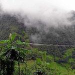 Steile Kordiliierenberge und keine Sicht auf den Talgrund.