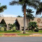 Auch südlich von Cancun gibt es ein Resort nach dem anderen, alle mit prahtvollen Eingängen.