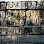 Seitenfries an der Plattform der Schädel. Hier wurden früher die Schädel der Geopferten ausgestellt.