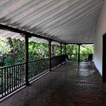 Ich liebe diese Bauweise mit umlaufenden Veranden und Balkonen, alles ist luftig und leicht.