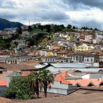 Blick auf die Altstadt von Quito von einem Dachgarten aus.