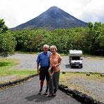 Wir beide vor dem Vulkan.