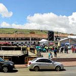 Der Marktplatz von Tunja mit einer Reisenbühne.