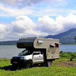 Unser Womo-Stellplatz am Arenalsee mit Blick über den See und auf den Vulkan.