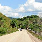Später wird es hügeliger. Charakteristisch sind steile kleine Hügel, ursprünglich mit Urwald bedeckt, jetzt aber kahl.