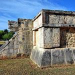 Die Plattform der Adler und Jaguare. Er gehört (vermutllich) zu einem Tempel zu Ehren der Krieger, die die Opfertiere jagen mussten.