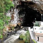 Die Badeanlagen direkt bei der Höhle.