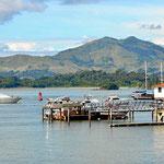 Blick über die Bucht. Die Berge der Gegenseite sind kahl, wie viele Berge in Panama.