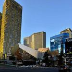 In Las Vegas gibt es faszinierende moderne Architektur, z.B. schräg stehende Hochhäuser.