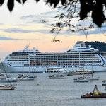 Ein großes Cruiseschiff verläßt den Panamakanal.