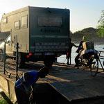 Das Womo auf der Fähre für die Überfahrt Rio Magdalena.