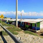 Blick über dei Lagune de Cienaga Grande de Santa Marta. Ärmlicher Fischerhäuser entlang der Straße.