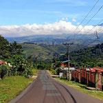 Es ist eine wunderschöne Fahrt über kleine Straßen durch eine grüne Landschaft bei strahlendem Sonnenschein.