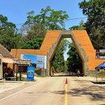 Der Eingang zum Nationalpark Tikal.