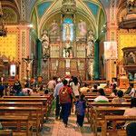 """Die Osterzeit beginnt. Es sammeln sich Trauben von Menschen in den Kirchen, um einen """"Osterstempel"""" auf die Stirn zu bekommen."""