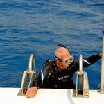 Wegen des Seegangs ist es immer ein Unterfangen, mit vollem Tauchgerödel aufs Schiff zu kommen.