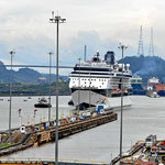 Ein Cruiseschiff nähert sich der Scheuse.