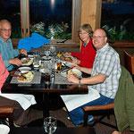 Wir laden Sue und Jim zum Abendessen ein.