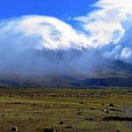 Der Vulkan Cotopaxi im Wolkenspiel.