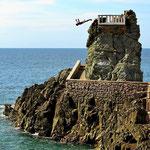 """Wie Acapulco hat auch Mazatlan die """"Todesspringer"""", die sich (gegen Geld) von einer Klippe ins Meer stürzen."""