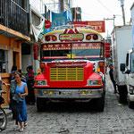 Sowas machen die Guatemalteken aus amerikanischen Schulbussen. Und so eng geht es zu, wenn auch wir uns durch die Märkte im Womo quälen.