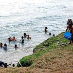 Kinder baden im Krokofluss. Dann haben wir uns auch ins Wasser getraut.