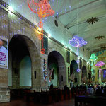 Weihnachtsbeleuchtung in einer kolumbianischen Kirche.