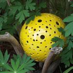 gelbe Deko-Kugel aus Ton