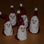 kleine Weihnachtsmänner aus Ton
