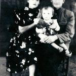 Дедушка и бабушка и мать - Сузовы Петр, Екатерина, Светлана с голубем армавирской породы начало 50-х годов 20 века.